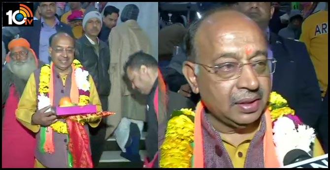 Delhi Assembly election Results 2020 bjp leader vijay goel visits hanuman temple ahea counting of votes