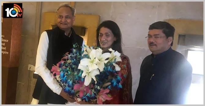 Congress leader Mukul Wasnik gets married at 60; Ashok Gehlot, Ahmed Patel in attendance