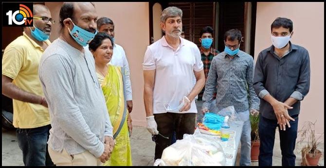 Jagapathi Babu Donates Masks, Sanitisers To Film Women, Lightmen