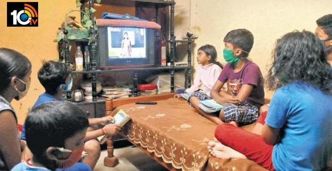 ఇంటర్నెట్ లేని విద్యార్థులకు టీవీల్లో క్లాసులు చెబుతున్న కేరళ