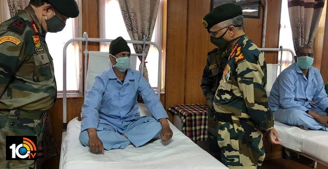 Army Chief General MM Naravane interacting with our gallant soldiers at Military Hospital, Leh during his two-day visit to Eastern Ladakh