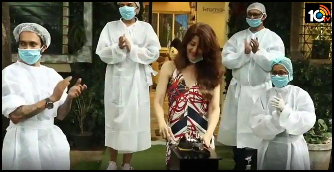 sangeeta-bijlani-cuts-her-birthday-cake-with-salon-employees-in-ppe-suits