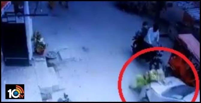 షాకింగ్ వీడియో : మహిళను CAR తో ఢీ కొట్టి..వెళ్లిపోయిన SI