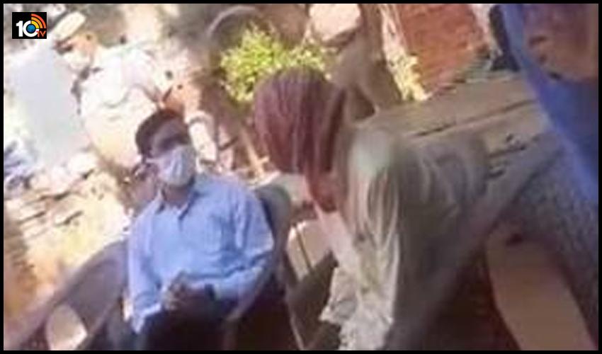 మీడియా వెళ్లిపోతుంది, మీరు ఇక్కడే ఉంటారు…హత్రాస్ బాధితురాలి తండ్రిని బెదిరించిన  జిల్లా మెజిస్ట్రేట్