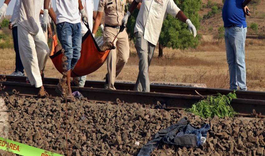 https://10tv.in/crime/young-man-died-walking-on-railway-track-185091.html