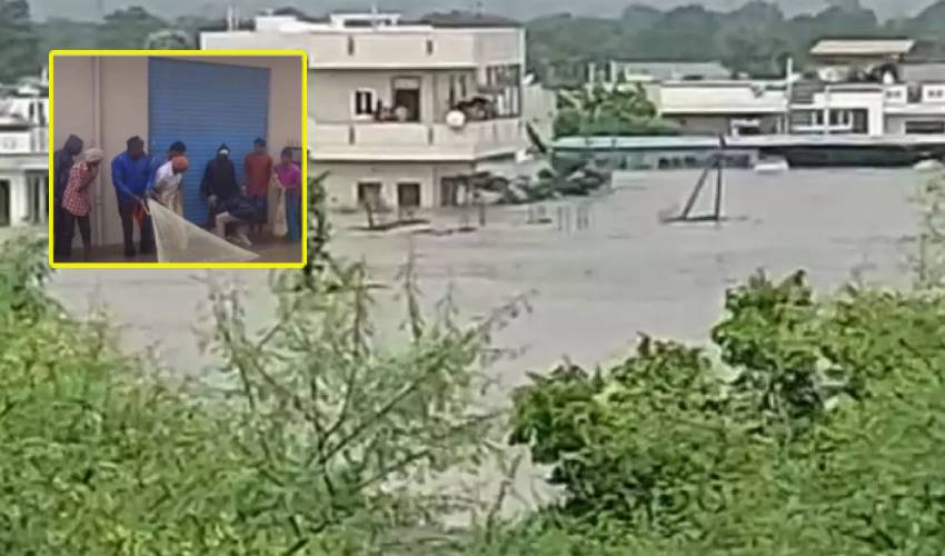 Heavy Rains : భైంసాలో వరద బీభత్సం.. నీటిలో చిక్కుకున్న 20 మంది
