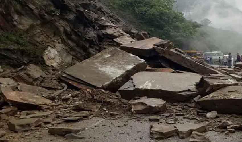 Landslide : మహారాష్ట్రలో విరిగిపడ్డ కొండచరియలు, 30మంది గల్లంతు