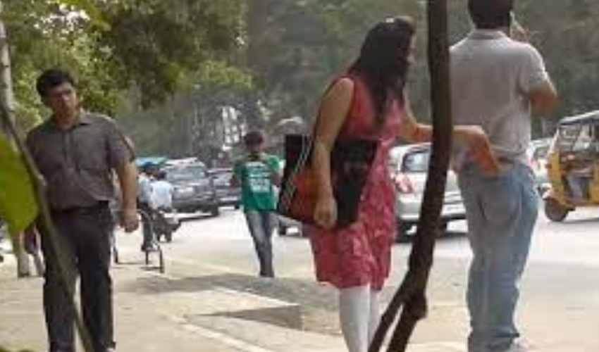 Women Pickpockets : కిలాడీ లేడీలు…మాటలు కలిపి డబ్బులు కొట్టేస్తూ….