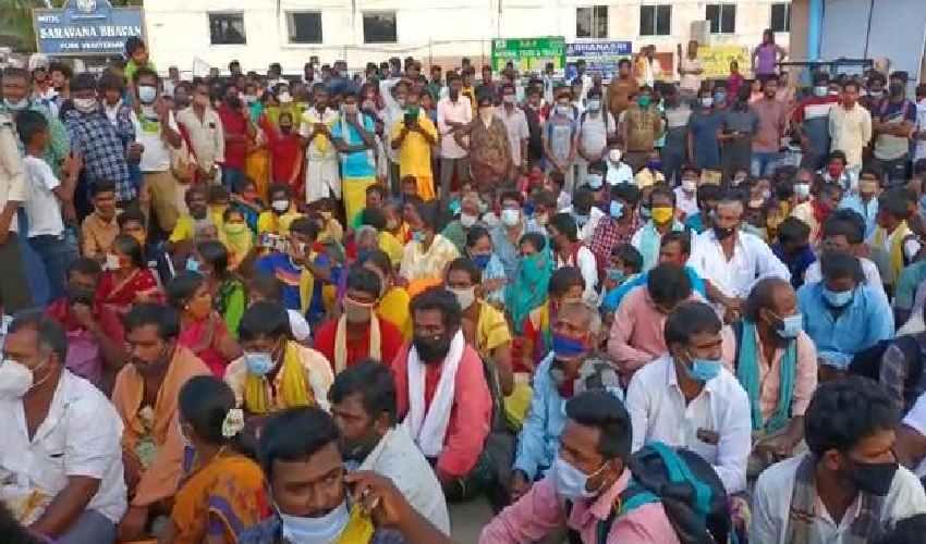 https://10tv.in/andhra-pradesh/devotees-protest-at-srinivasam-in-tirupati-for-sarvadarshanam-tokens-280061.html