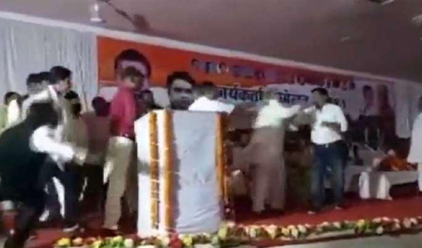 Chhattisgarh : స్టేజి పైనే కొట్టుకున్న కాంగ్రెస్ నేతలు