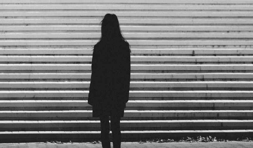 Nurse Suicide : కొలీగ్ వేధింపులు భరించలేక యువతి ఆత్మహత్య