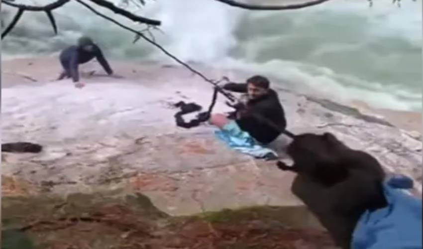 https://10tv.in/international/sikh-men-use-turbans-to-rescue-hikers-from-waterfall-295459.html